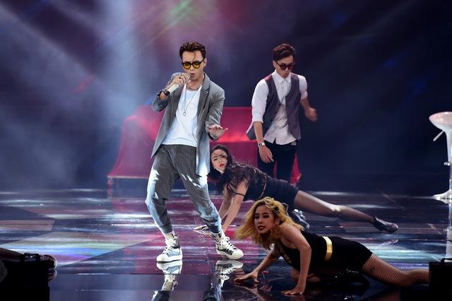 Ở phần hát đơn, Soobin Hoàng Sơn thể hiện ca khúc Vui đi em – ca khúc được anh lựa chọn thực hiện MV ra mắt cách đây chưa lâu.