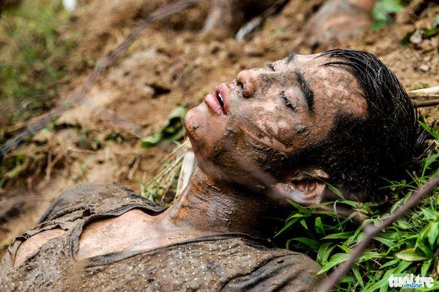 Thanh niên này ngất xỉu bị bỏ lại trong khi đồng đội đang tranh giành phết - Ảnh: Nguyễn Khánh