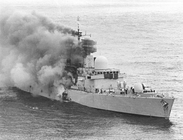 Chiến hạm HMS Sheffield của Anh bị tên lửa chống hạm Exocet từ máy bay Argentina bắn chìm vào tháng 4.1982 - Ảnh: tư liệu Imperial War Museum, London