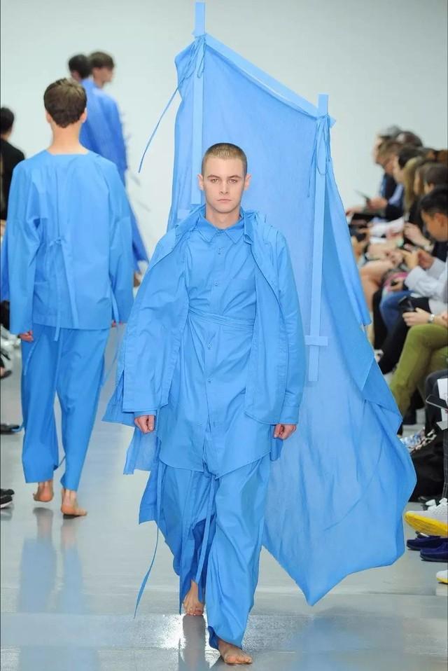 Hai mẫu thời trang xuân hè của Craig Green 2015 cũng được lấy ý tưởng cho phim.