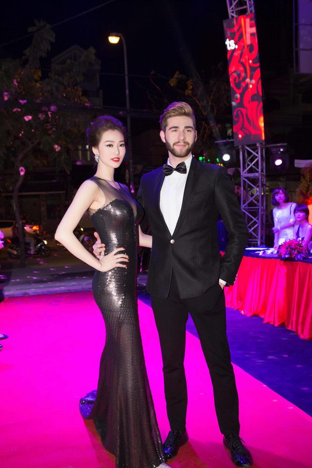 Được bạn diễn ngoại quốc ở chương trình Bước nhảy hoàn vũ hộ tống đi sự kiện, Khánh My khoe vẻ tinh tế khi mặc chiếc đầm đen sang trọng, đẳng cấp.