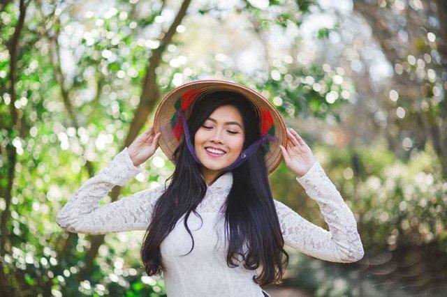 Sự xuất hiện của nón lá càng tôn lên nét đẹp Á đông của Nam Phương.