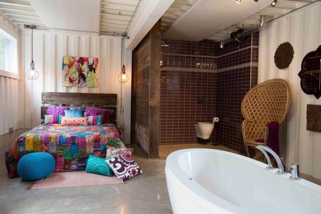 Phòng tắm trông cũng vô cùng lãng mạn.
