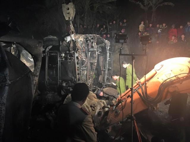 Đầu ô tô rơ mooc và xe khách bị lửa thiêu rụi.