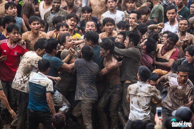 Ai cũng lấm lem bùn đất sau khi nhảy vào vũng nước, sự kích động được tăng lên khi đây là quả phết cuối cùng - Ảnh: Nguyễn Khánh