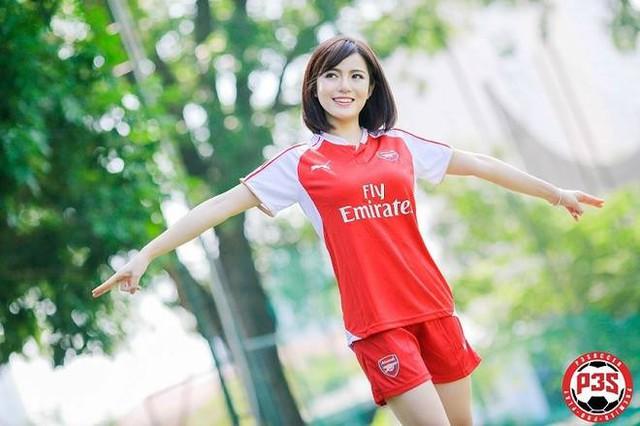 Tú Linh tươi cười với áo Arsenal (nguồn: Internet).