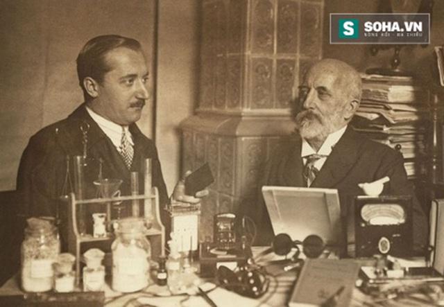 Nhà địa chất học Andrija Mohorovičić (1857 - 1936) (phải) và con trai.