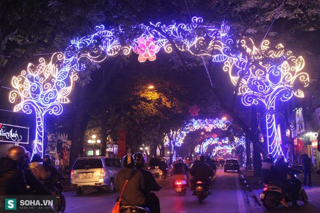 Trang trí tại khu vực đường Phan Đình Phùng vào buổi tối.