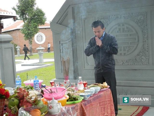 Ông Nguyễn Bá Cảnh, con trai ông Thanh viếng mộ cha nhân ngày giỗ đầu