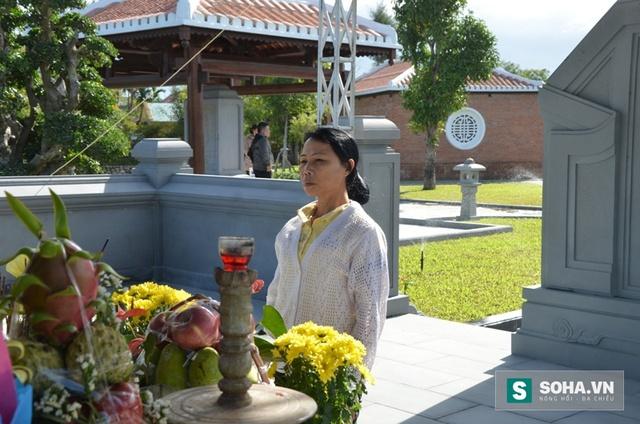 Người phụ nữ đơn thân đứng lặng trước mộ ông Thanh