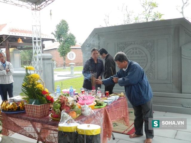 Ông Đặng Nghi thắp hương cho ông Nguyễn Bá Thanh