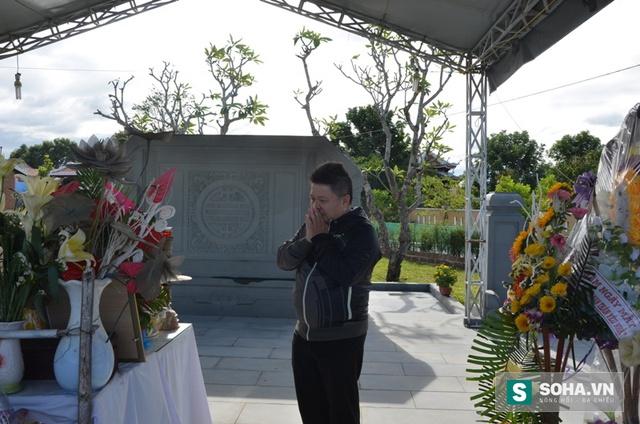 Anh Hoàng Tính lặng người trước mộ ông Nguyễn Bá Thanh