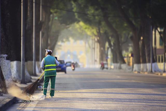 Chị lao công cần mẫn làm việc trên con phố vắng vẻ ngày cuối năm (Ảnh: Facebook)