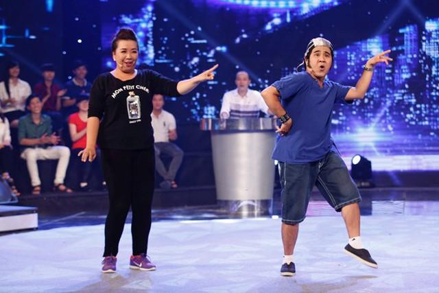 Nghệ sĩ Bạch Long (phải) trên sân khấu.