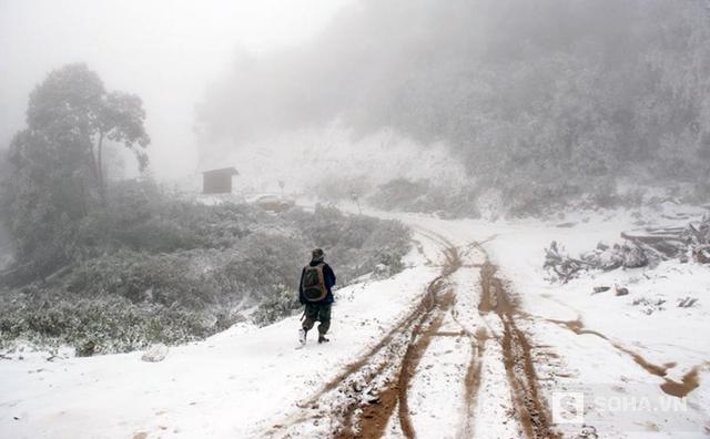 Nhiều tuyến đường phủ trắng trong tuyết với độ dày hơn 10cm, đi lại rất khó khăn, trơn trượt. (Ảnh: Bằng Trần).