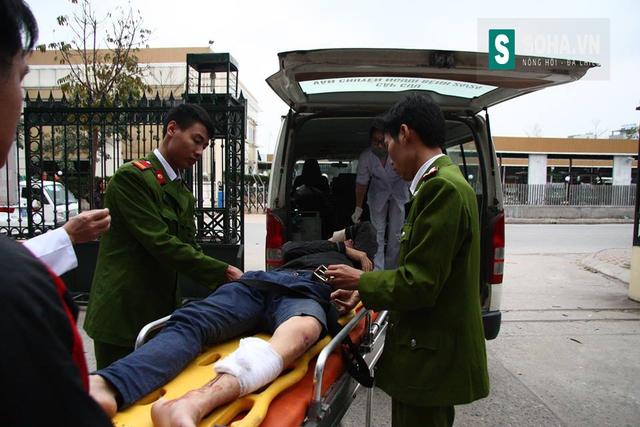 Lực lượng chức năng đưa đối tượng bị thương đi cấp cứu.