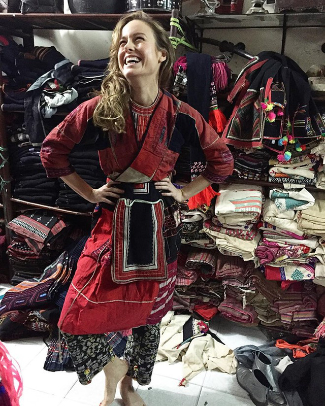 Diễn viên Brie Larson thích thú thử trên mình bộ đồ thổ cẩm của người Hmong khi ở Việt Nam. Ảnh: Briestatic.