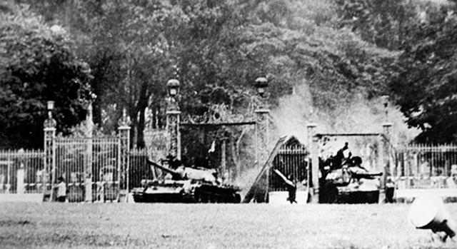 Xe tăng ta húc đổ cổng, tiến vào chiếm Dinh Độc Lập trưa 30.04.1975.