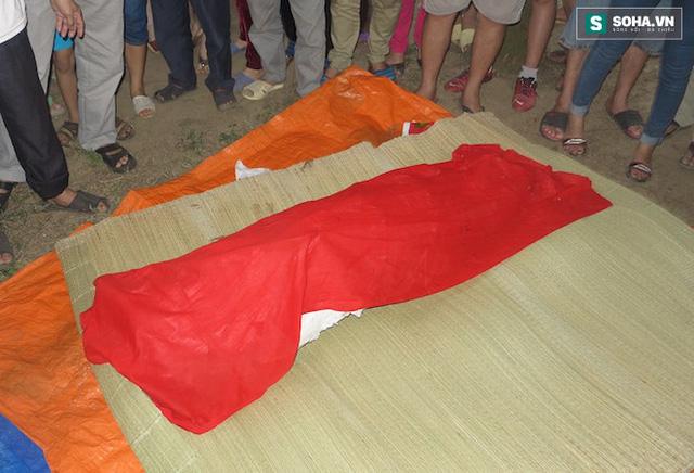 Các ngư dân trùm khăn đỏ làm lễ mai táng cho cá voi.