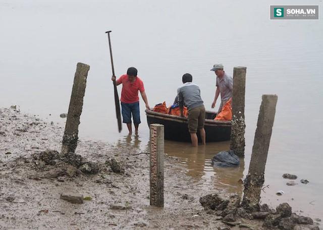 Các ngư dân đưa xác cá voi vào bờ.