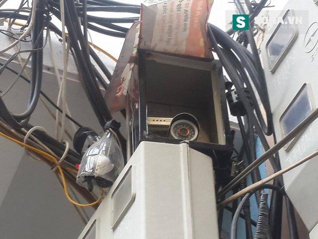 Một chiếc camera được ngụy trang ở đầu ngõ vào nhà Trần Tuấn Dũng.