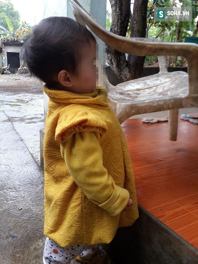Con gái thứ 2 của vợ chồng Thành mới được 15 tháng tuổi và đang chập chững biết đi.