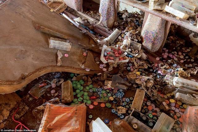 Hàng trăm thẻ bài của sòng bạc giờ thành đồ vô dụng nằm vương vãi cạnh chiếc đàn piano đã hỏng