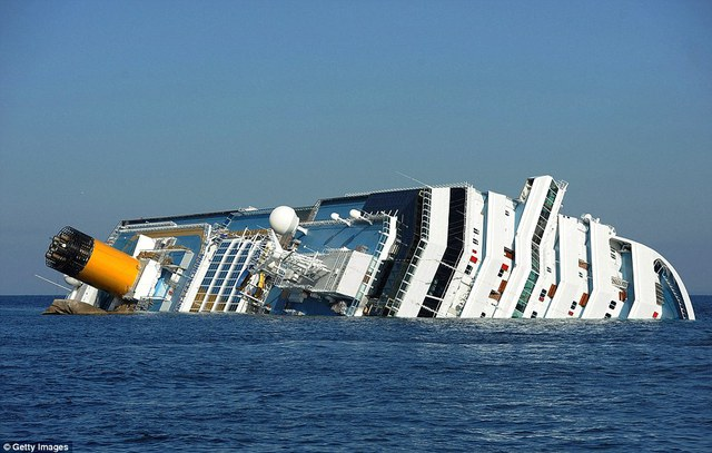 Tàu Costa Concordia khi mới bị chìm ngoài khơi biển Italia