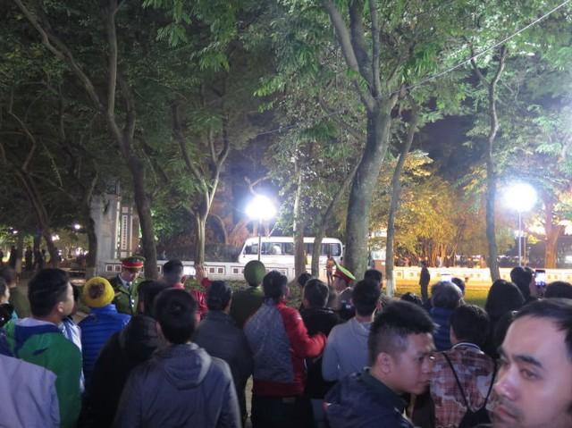 Mọi người tập trung trước đền Ngọc Sơn khi biết tin cụ rùa chết. Ảnh: Quang Thế/Tuổi trẻ