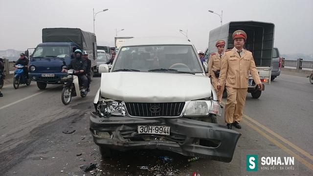 Xe ô tô 7 chỗ hiệu Zace mang BKS 30H-9944bị hư hỏng nặng phần đầu.
