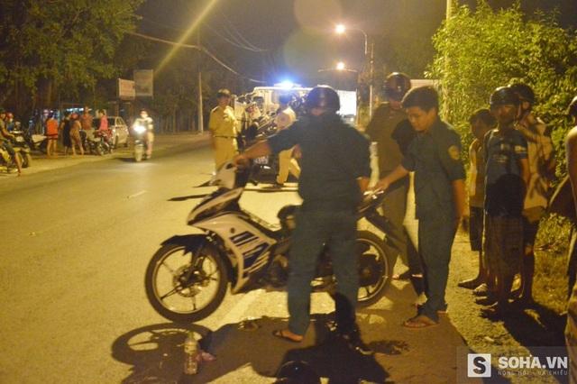Xe máy của hai vợ chồng chở theo đứa con thì xảy ra tai nạn