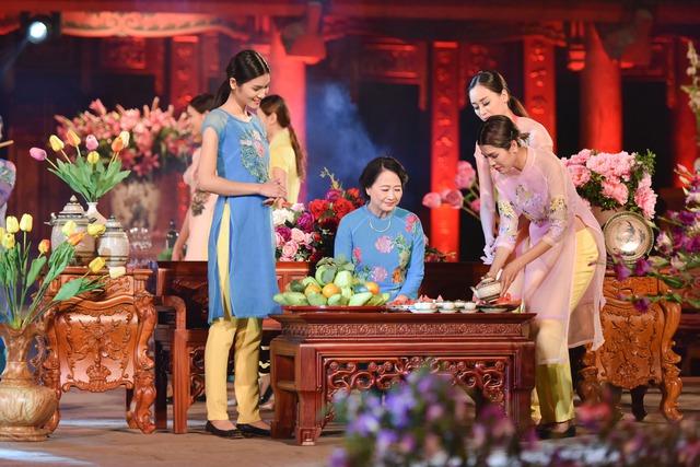 Bên cạnh dàn người mẫu đặc biệt, Lễ hội áo dài 2016 còn có sự góp mặt của rất nhiều tên tuổi trong làng nghệ thuật. Đầu tiên là NSƯT Như Quỳnh xuất hiện với vai trò người mẫu trong bộ sưu tập của nhà thiết kế Quang Huy.