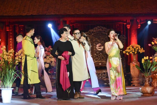 Bộ sưu tập của nhà thiết kế Hà Duy được thể hiện rất sống động với sự góp mặt của NSƯT Thanh Tú và ca sĩ Dương Hoàng Yến.