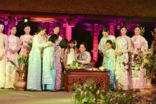 Không mấy khi làm mẫu áo dài nhưng NSƯT Thanh Loan đã mang lại một làn gió đầy dịu dàng cho bộ sưu tập của Minh Minh.