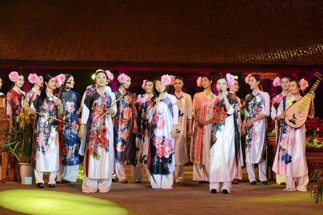 Âm nhạc cũng được lồng vào một cách tinh tế trong phần trình diễn bộ sưu tập của Công Huân - Phương Thanh.