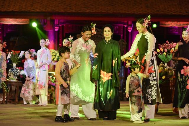 NSND Trà Giang nền nã và quý phái với một mẫu thiết kế trong bộ sưu tập mới của nhà thiết kế Minh Hạnh.