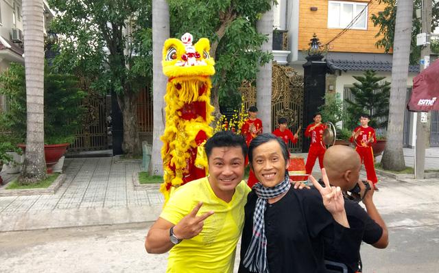 Nhí nhảnh cùng Hoài Linh trước cảnh quay một bộ phim tết - ảnh do nhân vật cung cấp.