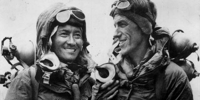 Edmund Hillary (phải) trong cuộc chinh phục đỉnh Everest lịch sử năm 1953.