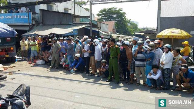 Người dân hiếu kì tập trung xung quanh khu vực tai nạn.