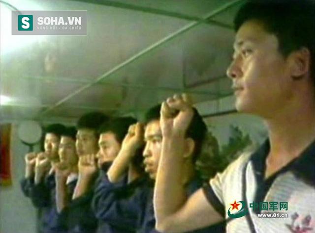 Dương Chí Lượng cùng lính Trung Quốc trên tàu khu trục 502 xâm lược quần đảo Trường Sa, đánh cướp đá Gạc Ma của Việt Nam ngày 14/3/1988. (Ảnh: 81.cn)