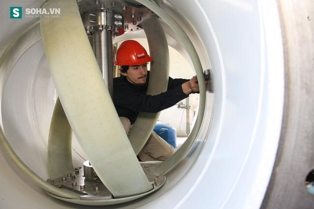 Công nhân lắp đặt hệ thống LucidPipe bên trong ống nước