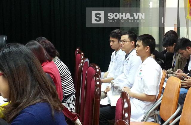 Các chuyên viên Viện Kiểm nghiệm Vệ sinh An toàn thực phẩm Quốc gia đã chuẩn bị sẵn dụng cụ để làm thực nghiệm trong buổi họp báo.