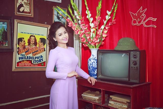 Dương Hoàng Yến thướt tha trong áo dài tím.