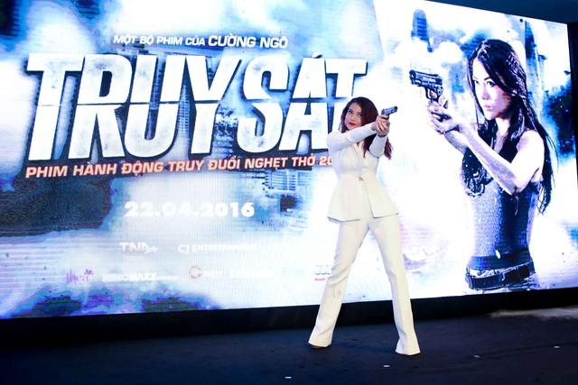 Trương Ngọc Ánh lĩnh lãm với vest trắng khi diễn lại cảnh thiếu tá An trong phim.