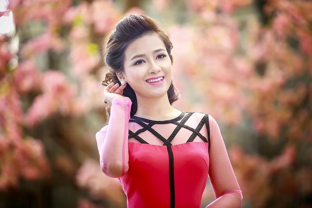 Theo tiết lộ của Dương Hoàng Yến, sau rằm tháng Giêng, cô sẽ ra mắt dự án âm nhạc mới của mình, bằng việc phát hành MV single Người đứng xem.