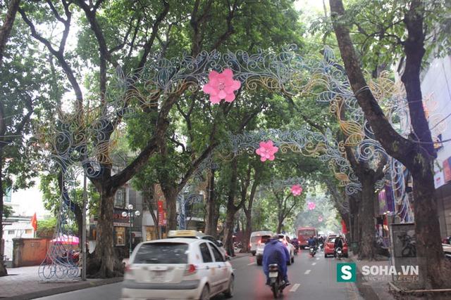 Trang trí trên phố Phan Đình Phùng.