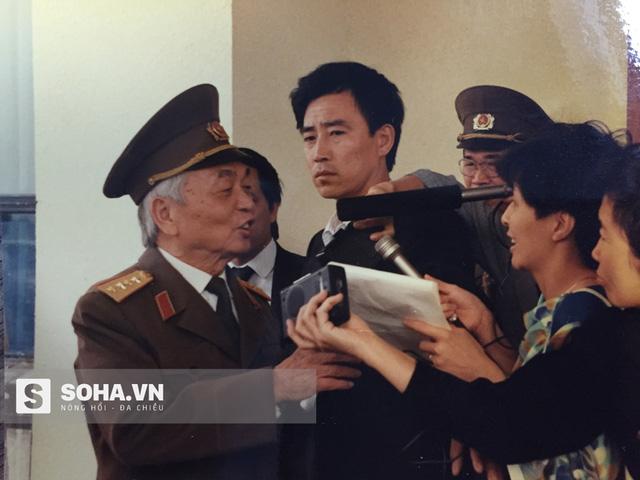 Đại tướng Võ Nguyên Giáp trả lời phỏng vấn báo chí Trung Quốc trong chuyến thăm năm 1990. (Ảnh: nhà báo Kiều Tỉnh)
