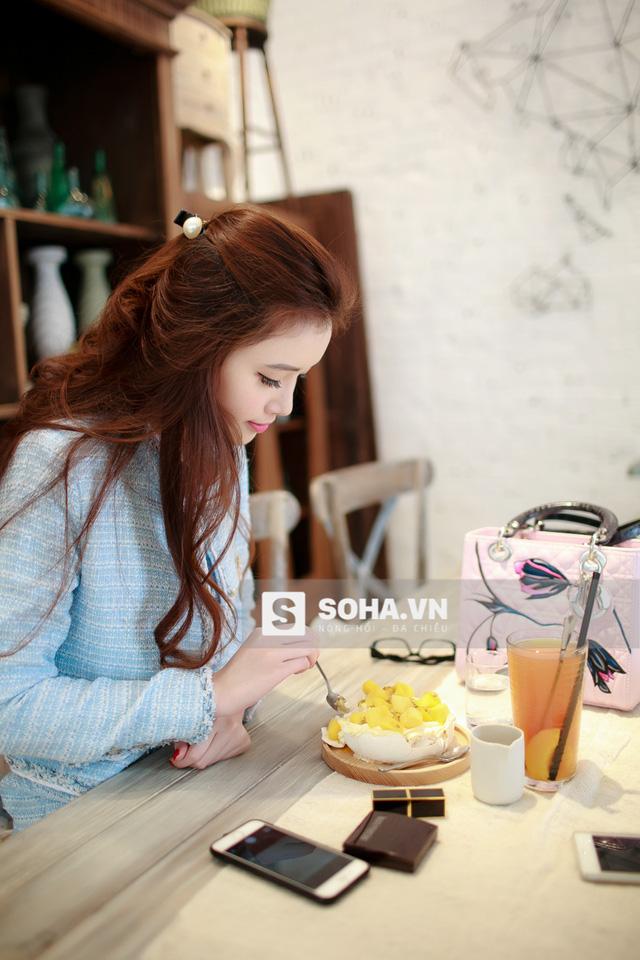 Không giống các cô gái khác, Ngọc Phượng không ngại đồ ngọt. Cô nàng vô tư thưởng thức các món ăn mình yêu thích mà không hề lo sợ việc tăng cân.