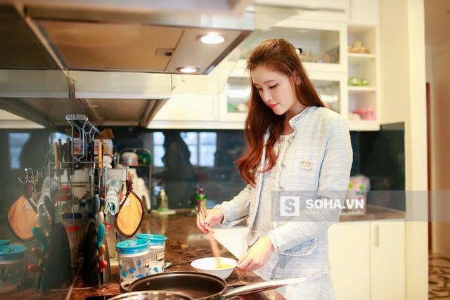 Sau khi xử lý xong các đơn hàng của buổi sáng, Ngọc Phương thong thả nấu ăn. Cô sống cùng mẹ, nhưng vì mẹ cô làm việc theo giờ hành chính nên thường thì 2 mẹ con chỉ gặp nhau vào buổi tối.