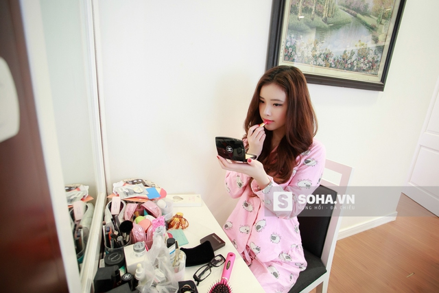 Cũng như rất nhiều cô gái khác, Mai Ngọc Phượng bắt đầu 1 ngày với việc make up. Vì không làm việc theo giờ hành chính nên cô nàng có khá nhiều thời gian để chăm sóc bản thân.